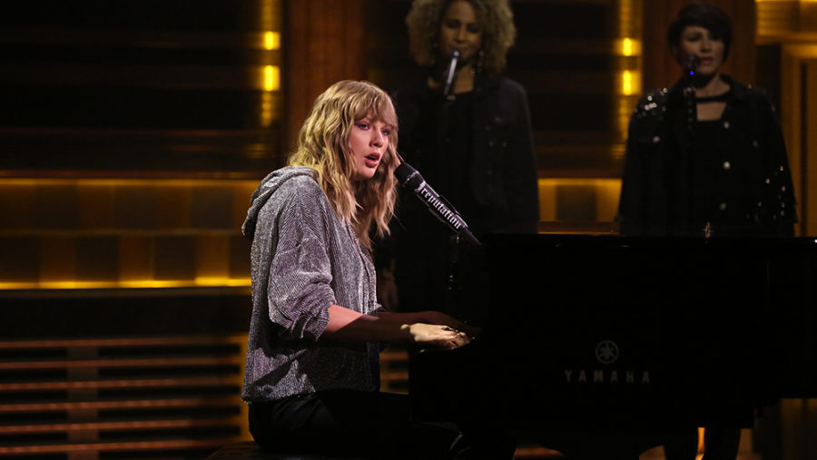 THE+TONIGHT+SHOW+STARRING+JIMMY+FALLON+--+Episode+0768+--+Pictured%3A+Musical+Guest+Taylor+Swift+performs+%22New+Year%27s+Day%22+on+November+13%2C+2017+--+%28Photo+by%3A+Andrew+Lipovsky%2FNBC%29