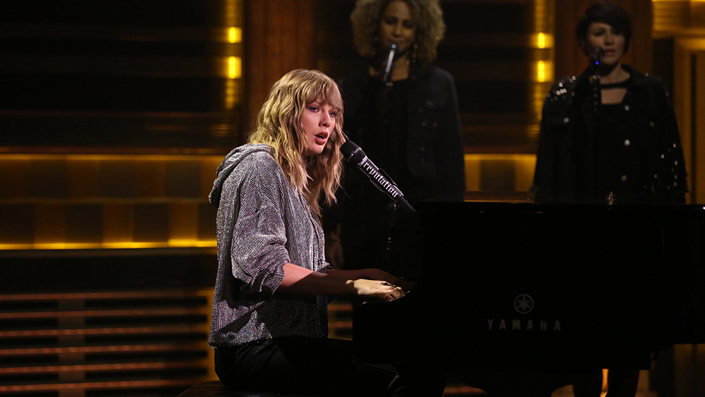 THE TONIGHT SHOW STARRING JIMMY FALLON -- Episode 0768 -- Pictured: Musical Guest Taylor Swift performs